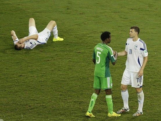 Nigérie porazila Bosnu. Efe Ambrose utěšuje Edina Džeka