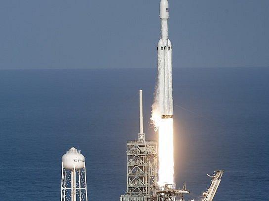 Raketa Falcon Heavy miliardáře Elona Muska odstartovala do vesmíru