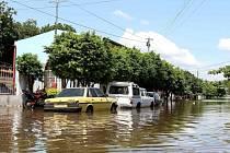 Nejhorší situace je v Paraguayi, kde voda vyhnala z domovů zhruba 130.000 lidí a prezident Horacio Cartes vyhlásil stav nouze, aby mohl uvolnit více než 3,5 milionu dolarů z fondu přírodních katastrof.
