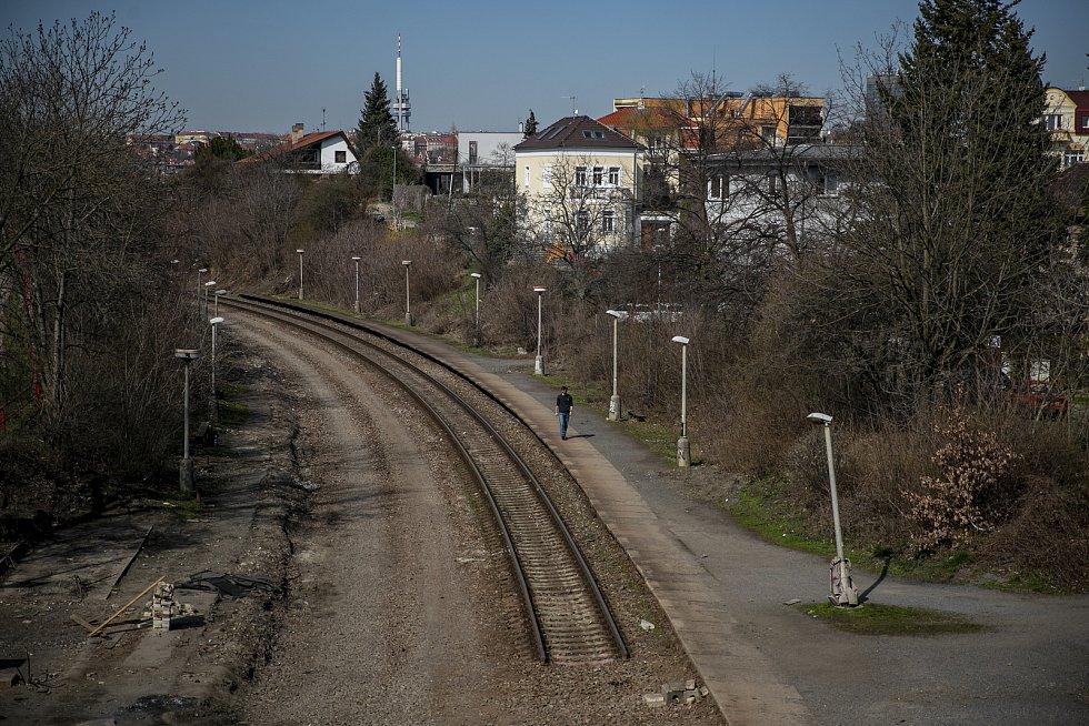 Železnice vedla přes pražské Strašnice už od roku 1871 jako součást Dráhy císaře Františka Josefa. A od roku 1906 měly Strašnice i svoji železniční zastávku.