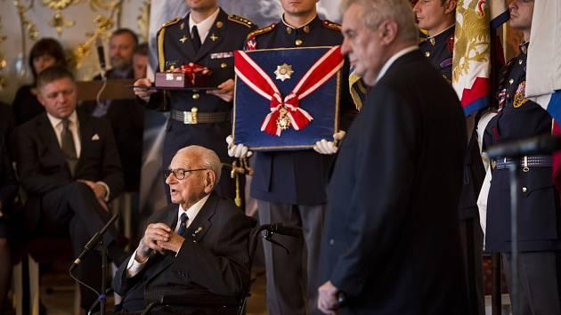 Sir Nicholas Winton obdržel 28. října na Pražském hradě z rukou prezidenta Zemana Řád bílého lva.