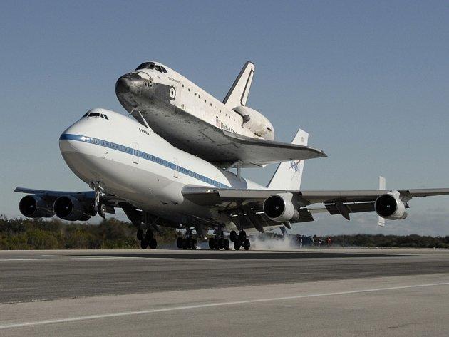 Raketoplán Endeavour při transportu na Boeingu 747 při přístání na letišti na Mysu Canaveral.
