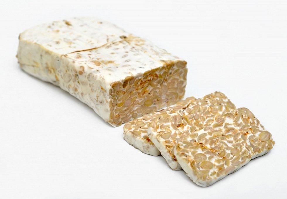 Vyrobit si doma můžete například indonéský tempeh, jinak též nazývaný sójový sýr.
