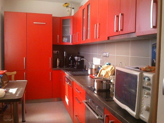 Rekonstrukce kuchyně. Původní kuchyně byla nahrazena modernější, namíru vyrobenou kuchyňskou linkou + nové spotřebiče (vest.lednice, indukční varná deska, vset.trouba, aj.).