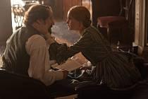 TAJNÉ CITY. Ralph Fiennes a Felicity Jonesová v rolích Charlese Dickense a jeho pozdní lásky ve filmu Vášeň mezi řádky.