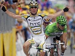 Mark Cavendish (vlevo) ve spurtu 10. etapy Tour de France porazil Thora Hushovda.
