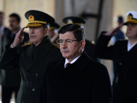 Turecko pozastavilo letecké útoky na Islámský stát v Sýrii, aby se vyhnulo dalším konfliktům s Ruskem.