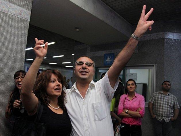 Obyvatelé turecké metropole Ankary se zúčastnili líbací akce na protest proti hlášením, která v metru vyzývají cestující k morálnímu chování.