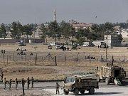 Kurdští bojovníci bránící sever Sýrie před radikály z Islámského státu (IS) dnes postoupili k městu Tall Abjad na turecké hranici, kudy extremisté přepravovali posily. U hranice se tísní stovky civilistů připravených uprchnout do Turecka do bezpečí.