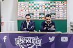 Pozápasová tisková konference. Vlevo trenér USK Dino Repeša, vpravo kouč Děčínských Pavel Budínský.