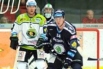 Hokejový tým Karlových Varů (vlevo kapitán Radek Duda) doma nestačil na Mladou Boleslav.