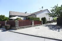 Jeden z domů v Horoměřicích (na snímku z 24. července 2018), který si bývalí klienti zkrachovalé společnosti H-System dostavěli svépomocí.