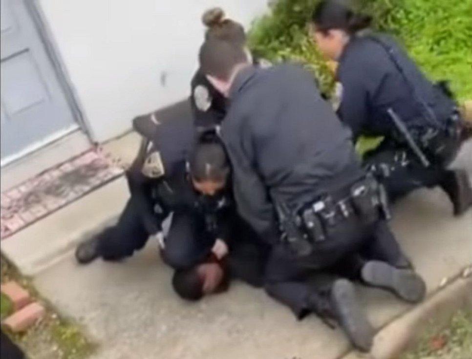 Zakleknutí byla až do smrti George Floyda používaná policejní technika sloužící ke znehybnění zadržované osoby, ilustrační foto