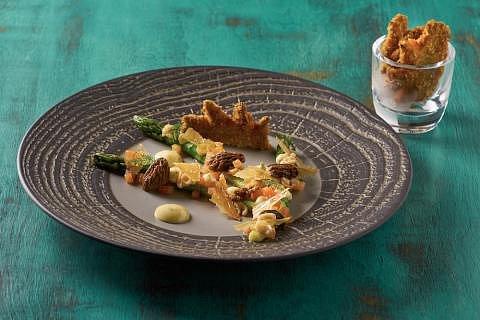 Zelený chřest, smrži a máslová omáčka s estragonem