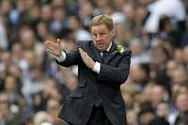 Trenér Tottenhamu Hotspur Harry Redknapp uděluje pokyny.
