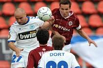 Liberecký Nezmar se pere o míč s kapitánem Sparty Sivokem. Ten zápas pro zranění nedohrál.