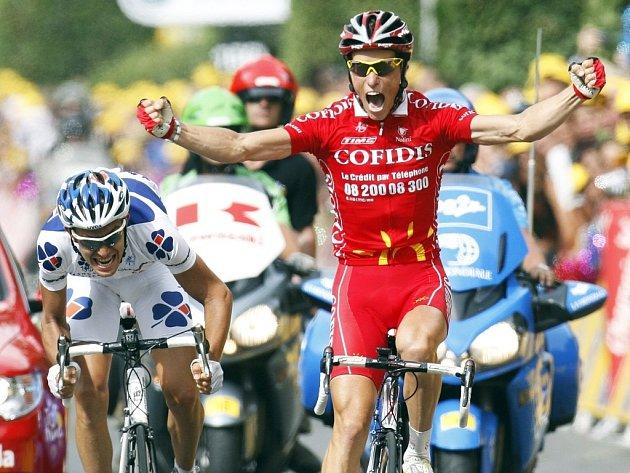 Francouzský jezdec Sylvain Chavanel ze stáje Cofidis slaví vítězství v 19. etapě Tour de France.
