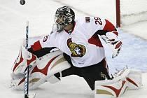 Brankář Ottawy Senators Gerber při jednom ze svých úspěšných zásahů.
