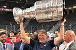 Peter Ihnačák se Stanley Cupem. Pohár získal jako skaut Washingtonu Capitals.