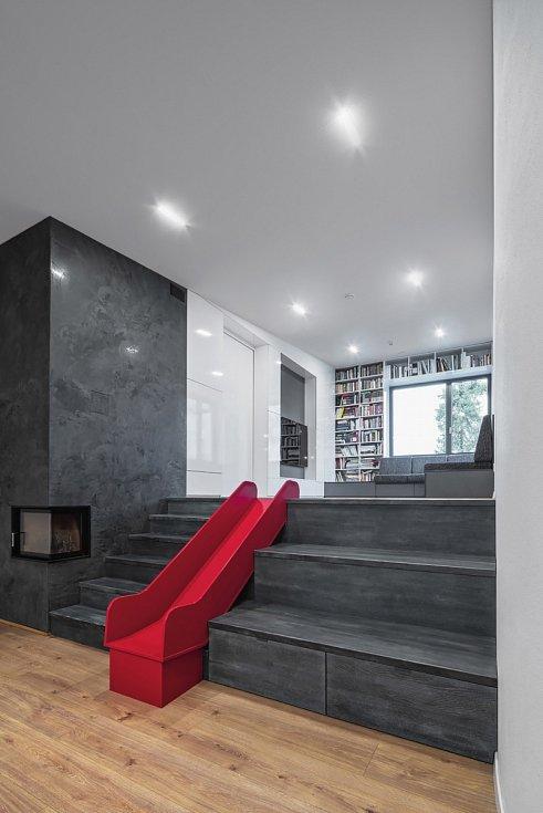 Červená skluzavka na schodech plní svůj účel, děti majitelů schody vůbec nepoužívají a zásadně jezdí z relaxační zóny do jídelny jen po ní.