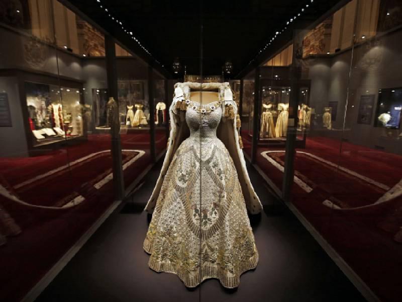 Šaty, které na sobě měla Alžběta II. během své korunovace