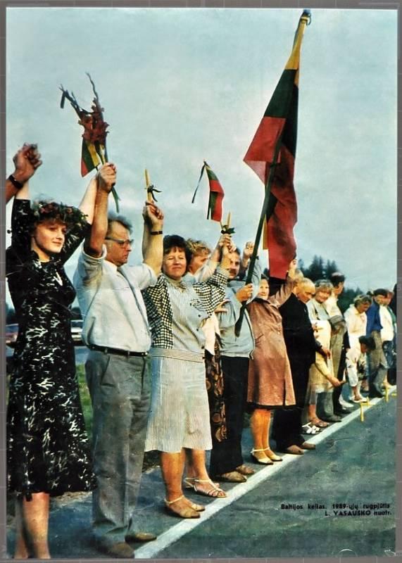 Fotografie z Baltské cesty publikovaná v časopise Moteris. Účastníci lidského řetězu drží svíčky a litevské vlajky s černými stužkami