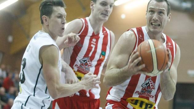 Basketbalisté Pardubic (v červeném) proti Děčínu.