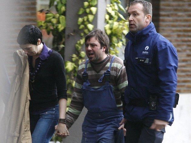 Rodiče po příjezdu na místo, když se 6. ledna dověděli o zabitých a zraněných dětech v Dendermonde.