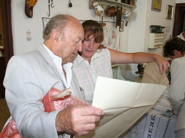 Jana Pavlíková (vpravo) si s jedním z hostů slavnosti prohlíží starou katastrální mapu Božic.