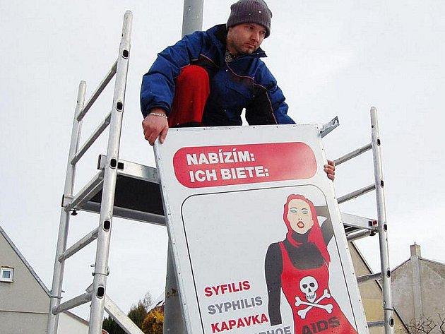 Oboustranné cedule upozorňují řidiče v Chomutově na rizika prodejného sexu. Ve čtvrtek instalovali technici hned několik z nich.