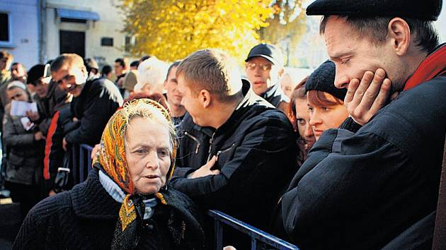 Čekání. Před českým konzulátem ve Lvově v listopadu 2007.