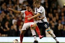 Alexis Sánchez z Arsenalu (vlevo) a Eric Dier z Tottenhamu.