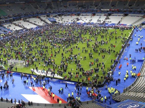 Fotbaloví fanoušci museli ještě několik hodin po zápase Francie sNěmeckem vPaříži zůstat po teroristických útocích na stadionu.