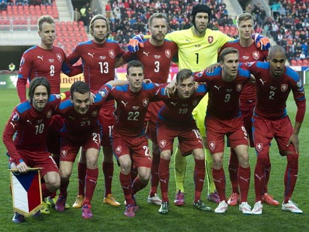 Čeští fotbalisté před bitvou s Lotyšskem.