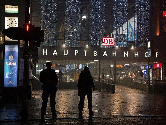 Policie uzavřela mnichovská nádraží kvůli hrozbě teroristického útoku.