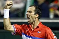 Radek Štěpánek a jeho vítězné gesto ve čtvrtfinále Davis Cupu.
