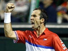Radek Štěpánek a jeho vítězné gesto ve čtvrtfinále Davis Cupu proti Itovi z Japonska.