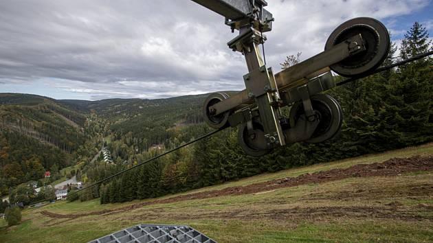 Příkop pro rozvod potrubí protíná sjezdovku Zákoutí v Deštném v Orlických horách