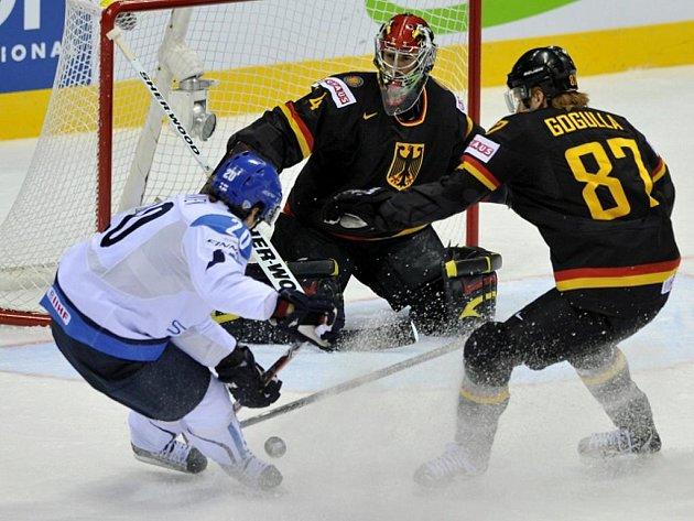Janne Pesonen (vlevo) z Finska se snaží překonat brankáře Německa Dennise Endrase. Brání Philip Gogulla.
