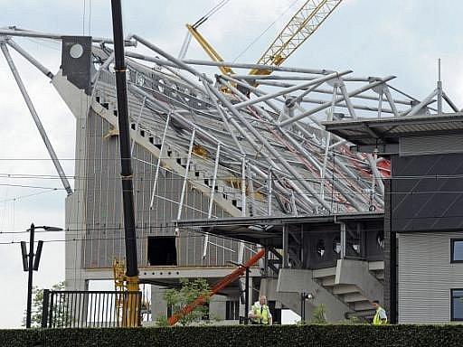 Čtvrteční zřícení části střechy fotbalového stadionu v nizozemském Enschede si vyžádalo už dvě oběti. Svým zraněním v pátek odpoledne v nemocnici podlehl čtyřiadvacetiletý dělník.
