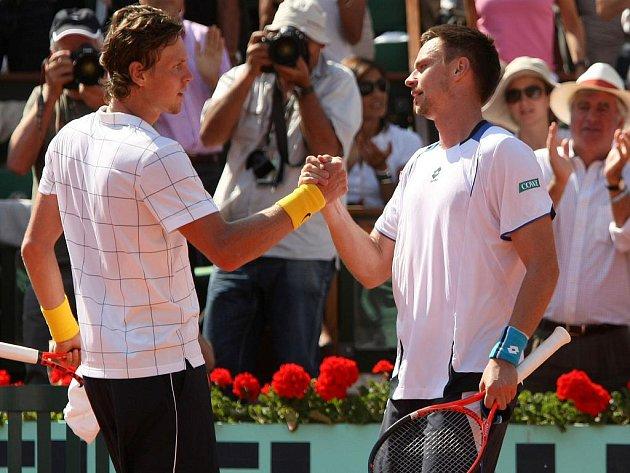 Tomáš Berdych (vlevo) nestačil v semifinále French Open na Robina Söderlinga.
