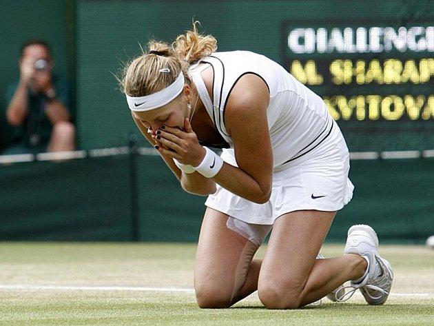 Dojatá Petra Kvitová slaví, vyhrála slavný Wimbledon.