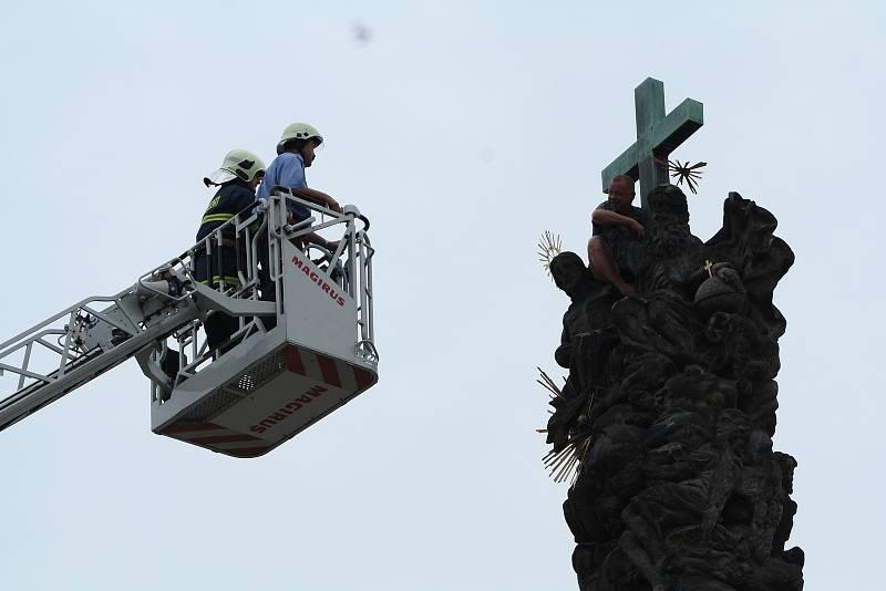 Opilý a psychicky nemocný muž vylezl v roce 2015 na dvacet metrů vysoký morový sloup na náměstí Svobody v Žatci