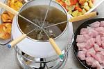 Švýcaři si o Vánocích dopřávají fondue chinoise neboli horký vývar, ve kterém si každý uvaří kousek masa.  Recept na něj najdete ve vánočním speciálu časopisu Receptář.
