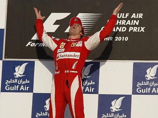 Španěl Fernndo Alonso se raduje z vítězství ve Velké ceně Bahajnu.