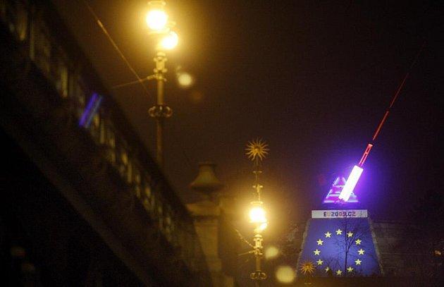 O půlnoci na Nový rok bylo slavnostně do světel symbolizujících české předsednictví EU oděno kyvadlo na pražské Letné.