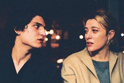 Herečky. Valeria Bruni-Tedeschi (na snímku s Louisem Garrelem) natočila pichlavý autobiografický film.