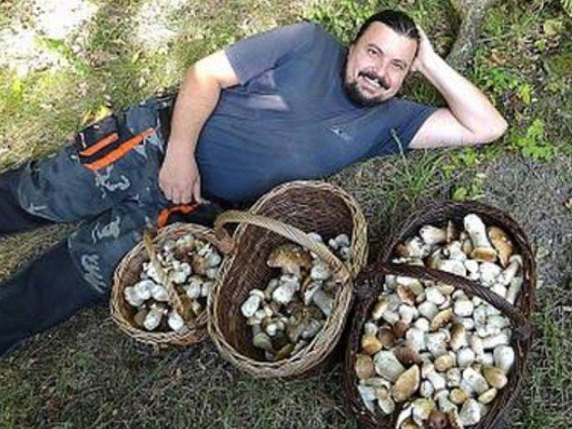 Když rostou... Petr Knápek po úspěšném houbaření.