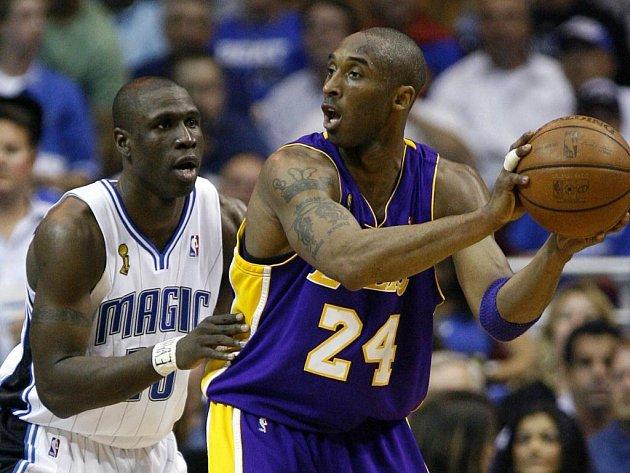 Kobe Bryant (vpravo) byl opět tahounem Lakers. Přes těsnou obranu domácích zaznamenal 32 bodů.