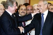 Představitel libanonské vládní frakce, bývalý prezident Amin Džamaíl (vlevo) a vůdce parlamentní opozice Nabíh Berrí si gratulují poté, co v katarském Dauhá dospěli ve středu k dohodě o rozdělení moci.